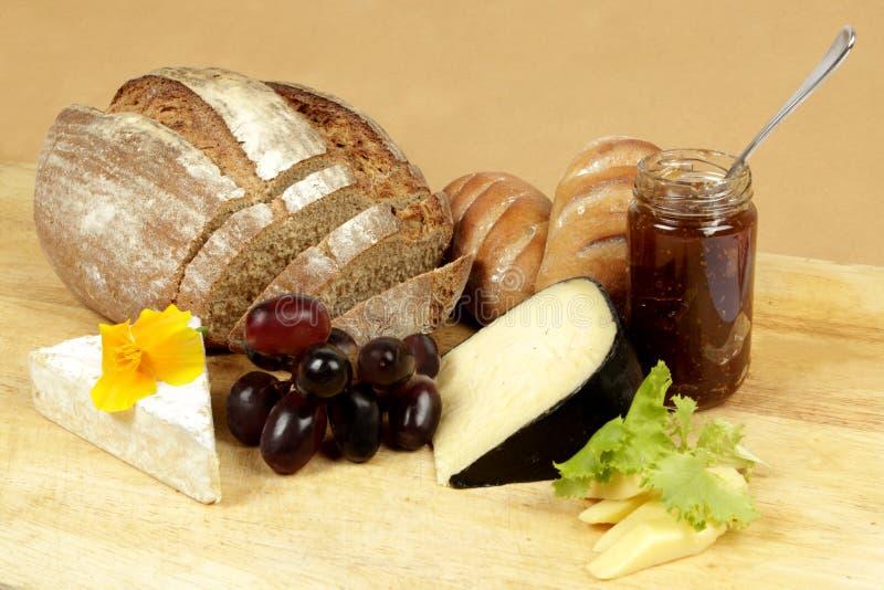 Panneau de fromage avec du pain de seigle frais images libres de droits