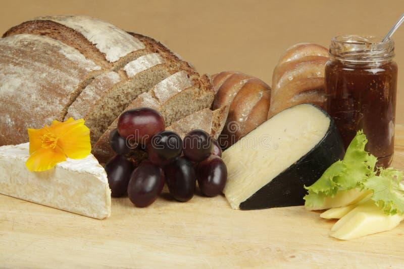 Panneau de fromage avec du pain et le fruit de seigle images stock