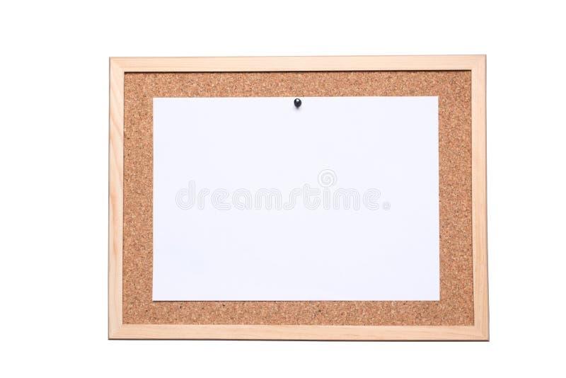 Panneau de liège avec une feuille de livre blanc fixe par une goupille d'isolement sur le fond blanc avec le chemin de coupage in images stock