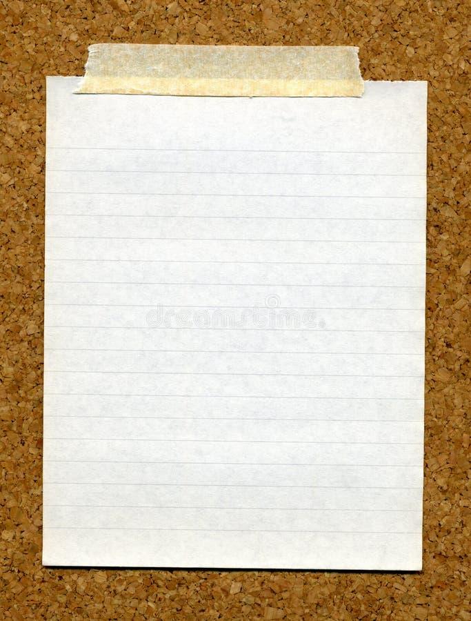 Panneau de liège coincé par papier. photographie stock libre de droits