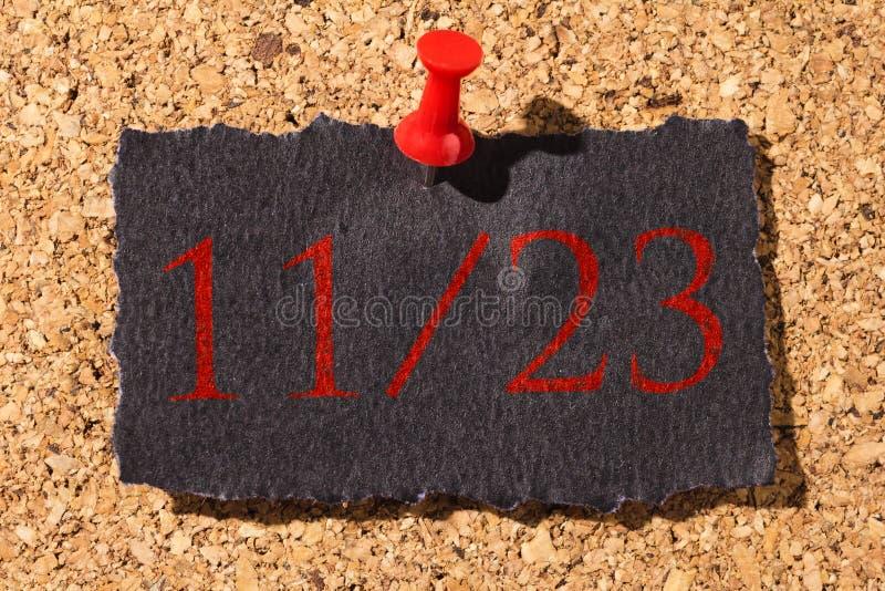 Panneau de liège Punaise rouge, papier noir : Concept de Black Friday image stock