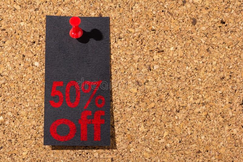Panneau de liège Punaise rouge, papier noir : Concept de Black Friday photo libre de droits