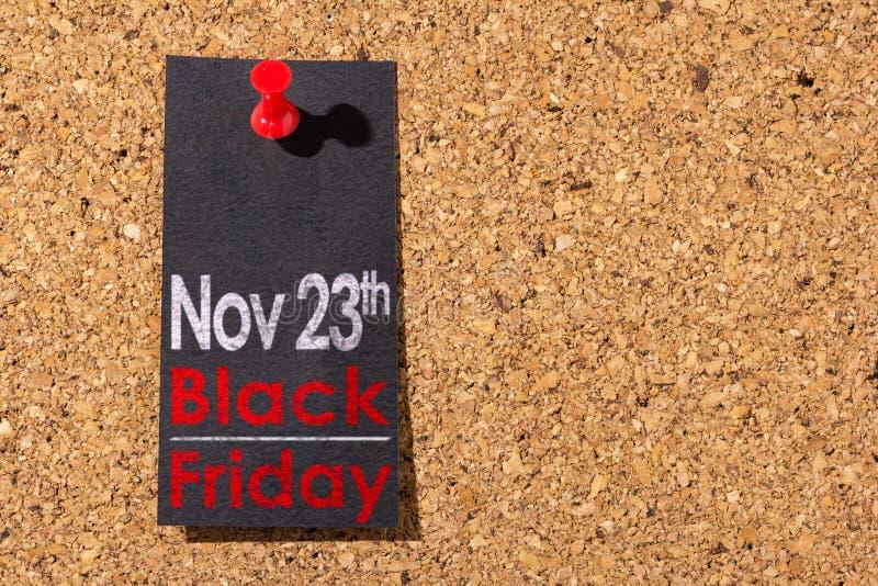 Panneau de liège Punaise rouge, papier noir : Concept de Black Friday photo stock