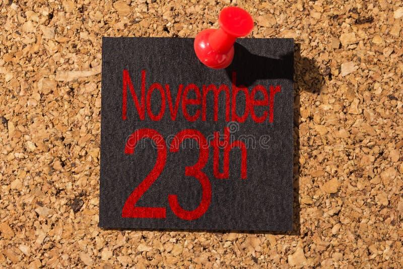 Panneau de liège Punaise rouge, papier noir : Concept de Black Friday image libre de droits
