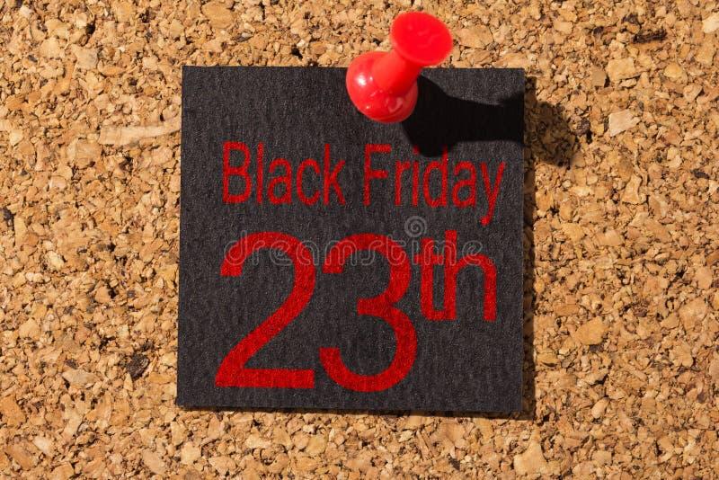 Panneau de liège Punaise rouge, papier noir : Concept de Black Friday images libres de droits