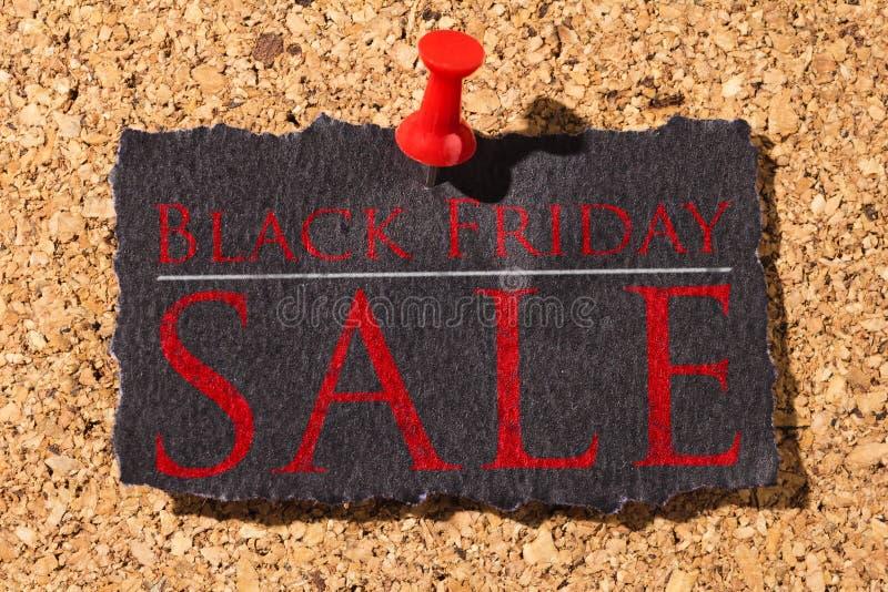 Panneau de liège Punaise rouge, papier noir : Concept de Black Friday photos stock