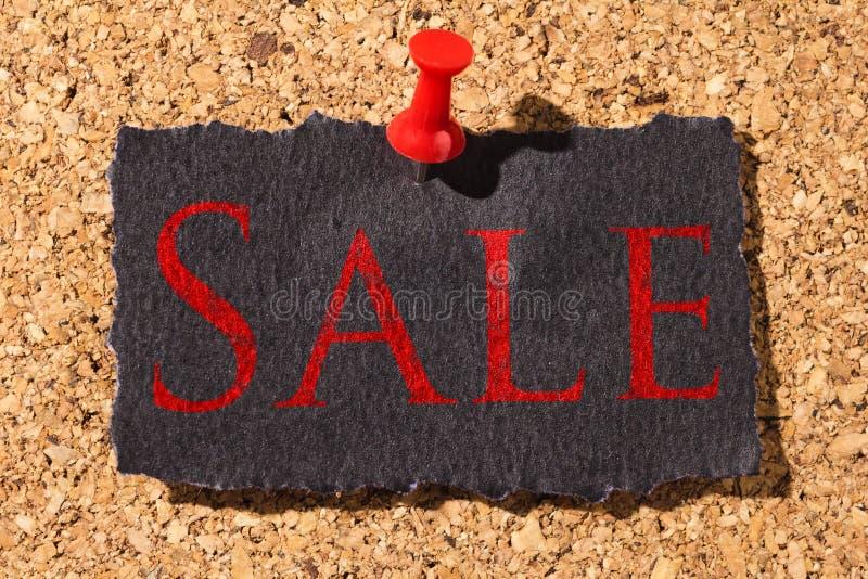 Panneau de liège Punaise rouge, papier noir : Concept de Black Friday photographie stock