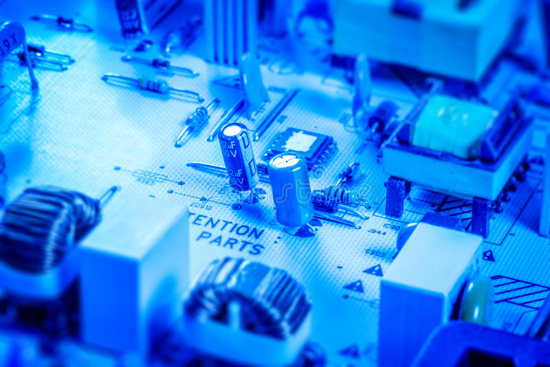 Panneau de microcircuit avec des condensateurs et des puces photographie stock libre de droits