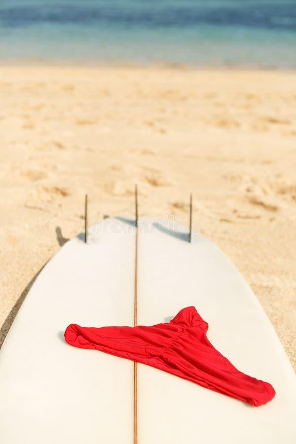 Panneau de ressac à la plage près de l'océan image libre de droits