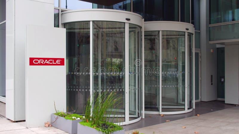 Panneau de signage de rue avec le logo d'Oracle Corporation Immeuble de bureaux moderne Rendu 3D éditorial photographie stock
