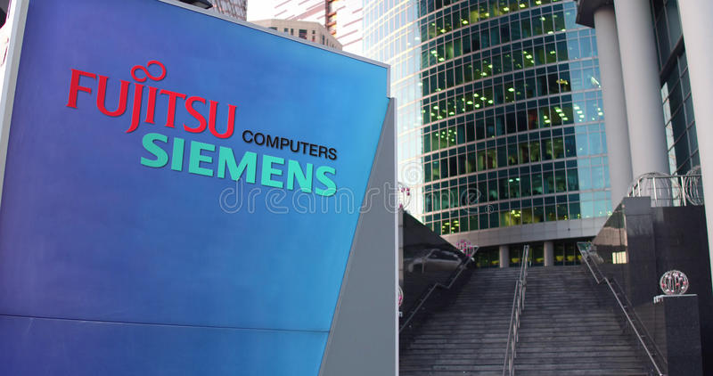 Panneau de signage de rue avec le logo d'ordinateurs de Fujitsu Siemens Gratte-ciel de centre de bureau et fond modernes d'escali illustration stock