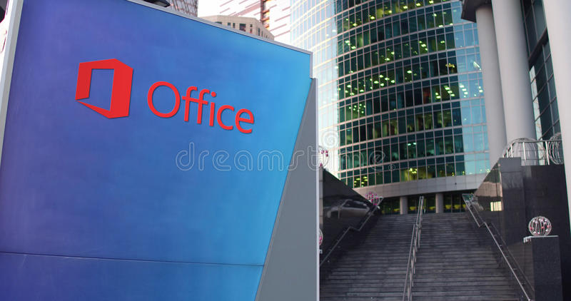 Panneau de signage de rue avec le logo de Microsoft Office Gratte-ciel et fond modernes d'escaliers Rendu 3D éditorial illustration stock