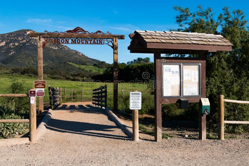 Panneau de Signage et d'information à l'entrée à la traînée d'Iron Mountain photographie stock