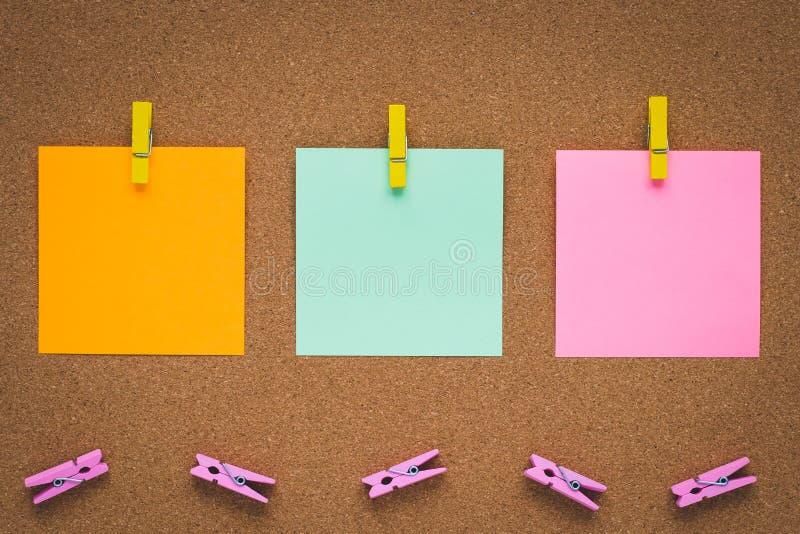 Panneau de signalisation avec autocollants multicolores, espace de copie Vêtements et autocollants sur carton liège, notes collan photos stock