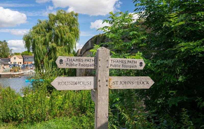 Panneau de signalisation de Thames Path par Halfpenny Bridge, Lechlade, Royaume-Uni photo stock