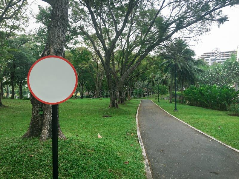 Panneau de signe de cercle de vue et manière de chemin d'asphalte en parc public image libre de droits