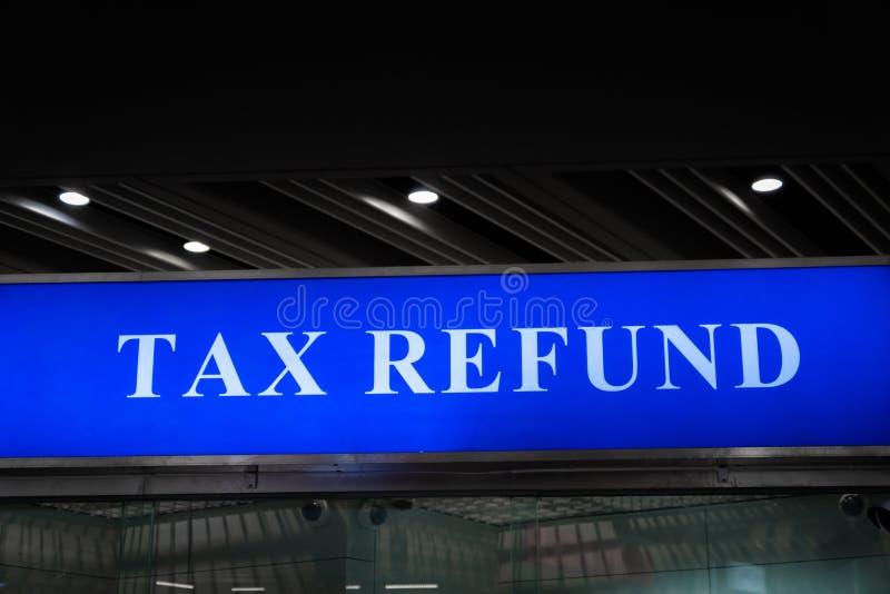 Panneau de signe de remboursement d'impôt fiscal à l'aéroport image stock