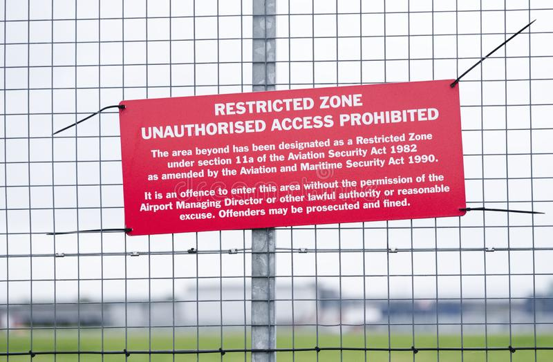 Panneau de zone d'espace aérien restreint à la barrière de l'aéroport sans accès non autorisé photographie stock