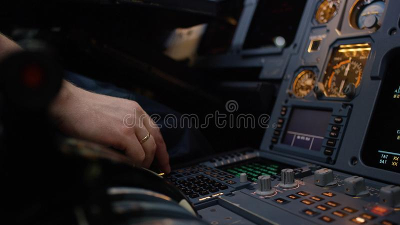 Panneau des commutateurs sur un poste de pilotage d'avions Élément de contrôle pilote automatique d'une avion de ligne Le pilote  photo libre de droits
