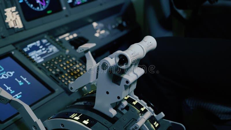 Panneau des commutateurs sur un poste de pilotage d'avions photographie stock