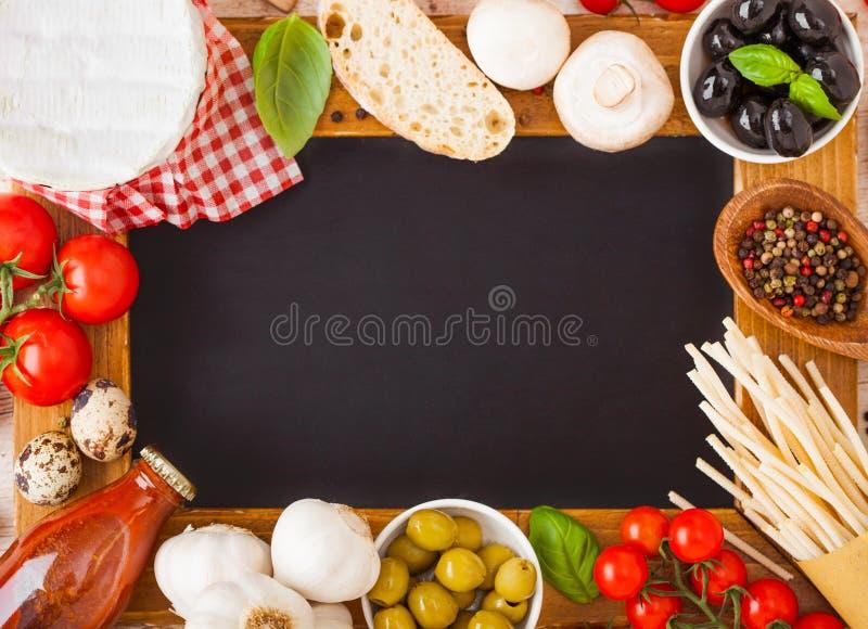 Panneau en bois de menu de charbon de bois avec les pâtes faites maison de spaghetti avec les oeufs et le fromage de caille sur l photographie stock