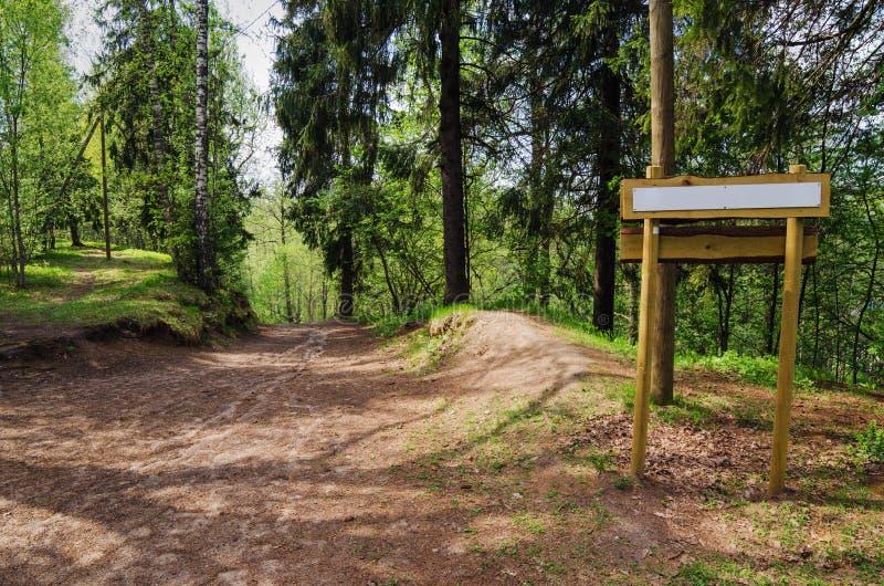 Panneau en bois de signe sur la traînée naturelle photo stock