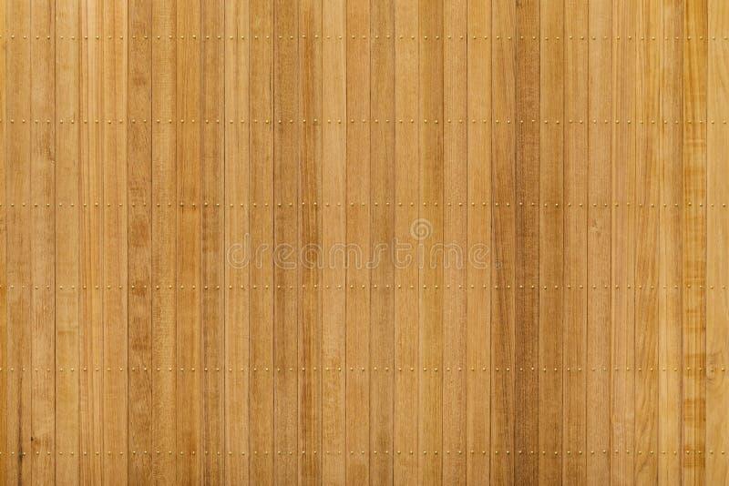 Panneau en bois de teck avec le clou en laiton images stock