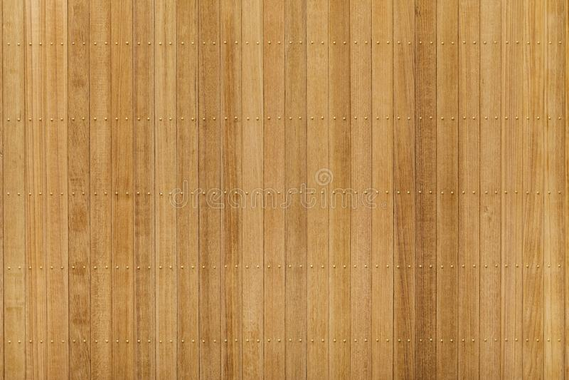 Panneau en bois de teck avec le clou en laiton image libre de droits