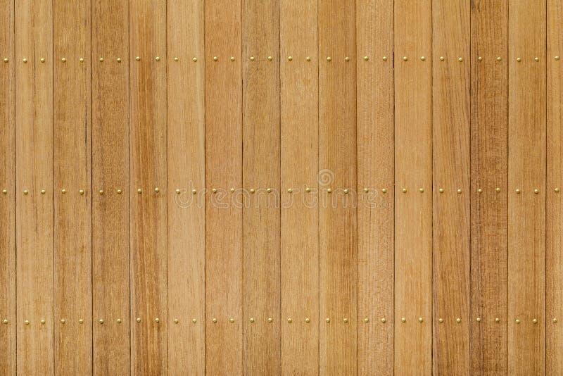 Panneau en bois de teck avec le clou en laiton photographie stock libre de droits