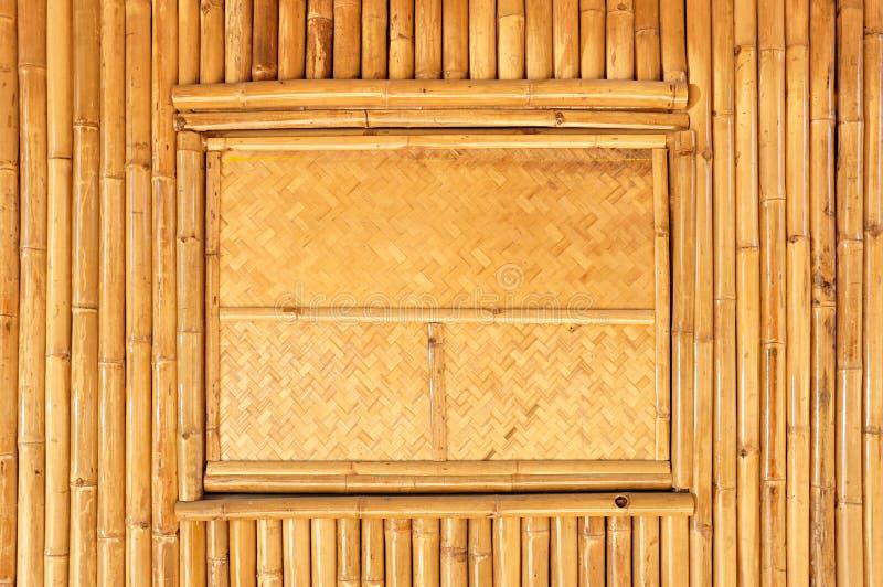 Panneau en osier de fen tre sur le mur en bambou sec photo for Panneau de fenetre