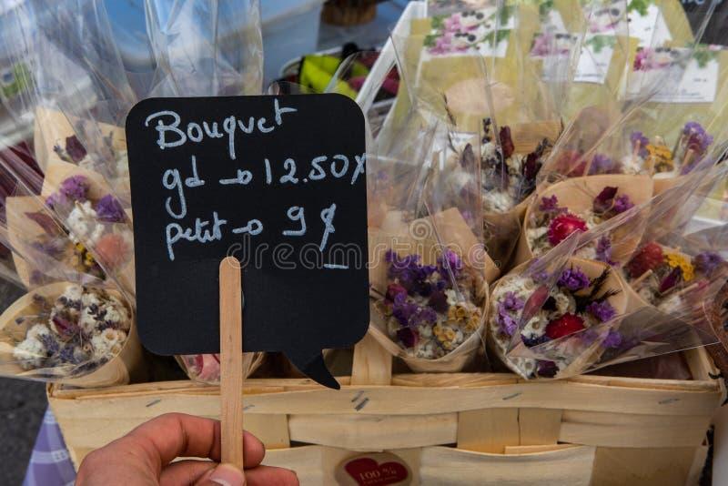Panneau français au marché des fermiers en plein air photo stock