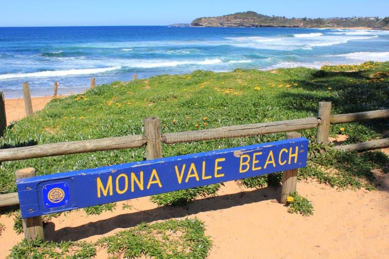 Panneau indicateur et côte de plage de Mona Vale photos stock