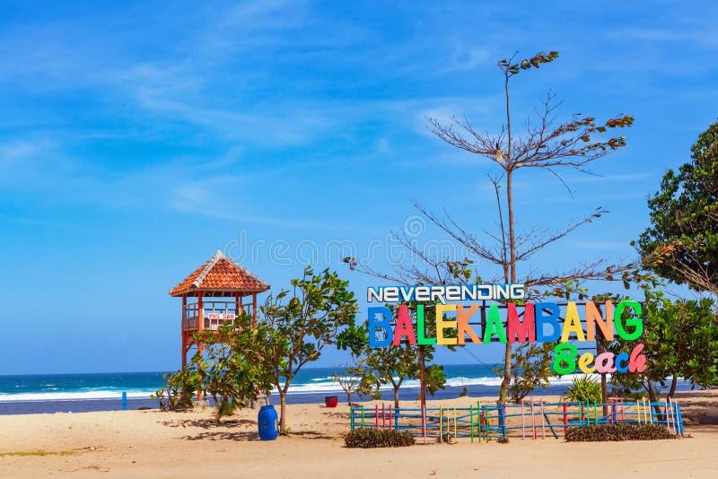 Panneau interminable de signe de plage de Balekambang sur la tour de délivrance de maître nageur photos stock