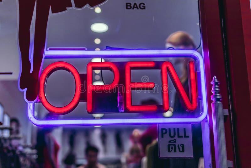 Panneau ouvert au néon de signe dans le magasin de la Thaïlande images libres de droits