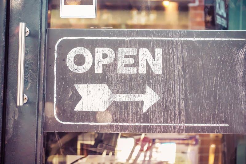 Panneau ouvert de signe par le verre de la porte de restaurant Service aux entreprises et concept de nourriture photographie stock