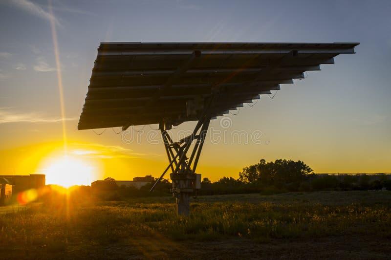 Panneau photovoltaïque urbain au coucher du soleil images libres de droits