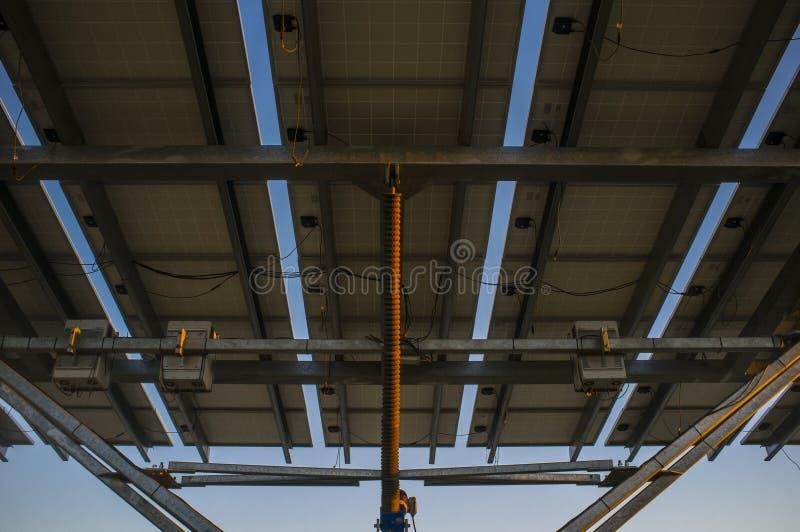 Panneau photovoltaïque urbain au coucher du soleil image stock