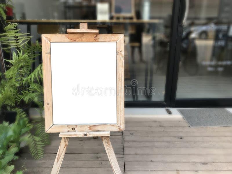 Panneau publicitaire porté par un homme-sandwich en bois vide tenant le café extérieur chalkboar vide photos libres de droits
