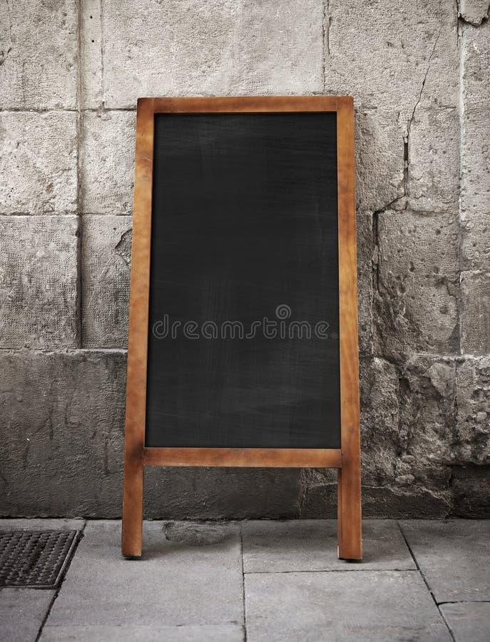 panneau publicitaire port par un homme sandwich vide sur une rue photo stock image du panneau. Black Bedroom Furniture Sets. Home Design Ideas