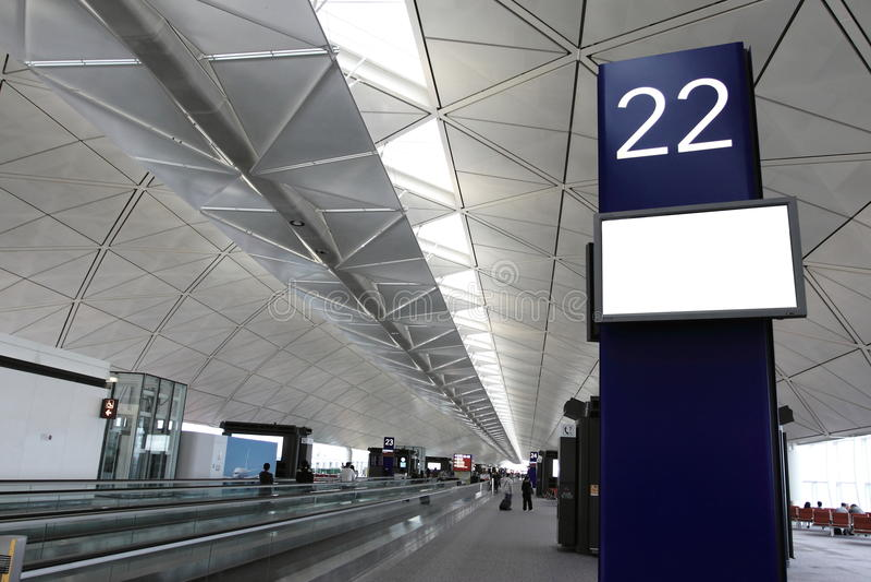 Panneau-réclame blanc dans l'aéroport photographie stock