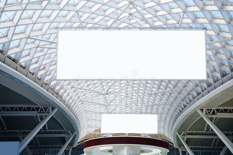 Panneau-réclame blanc dans l'aéroport photos libres de droits