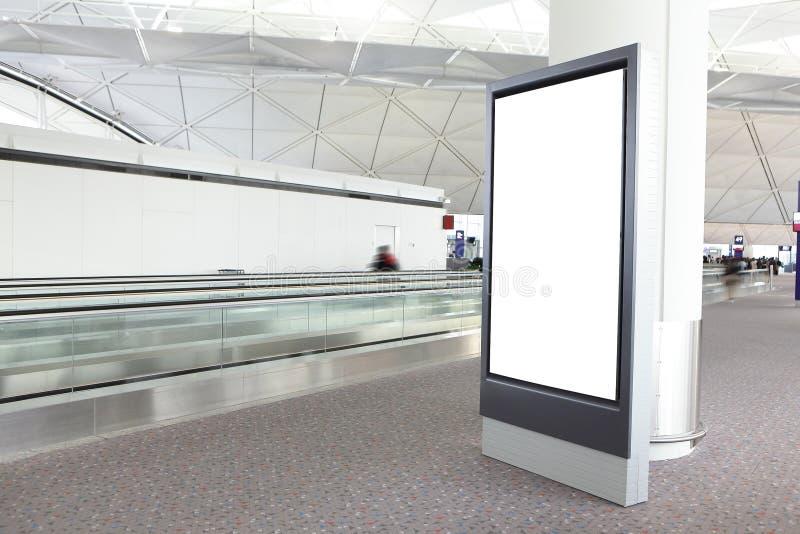 Panneau-réclame blanc dans l'aéroport international photo libre de droits