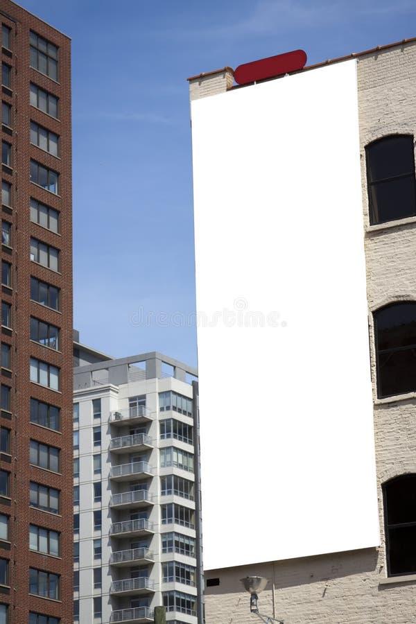 Panneau-réclame blanc sur la construction image libre de droits