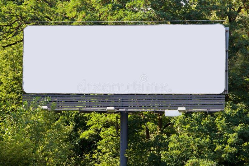 Panneau-réclame dans la forêt photos libres de droits
