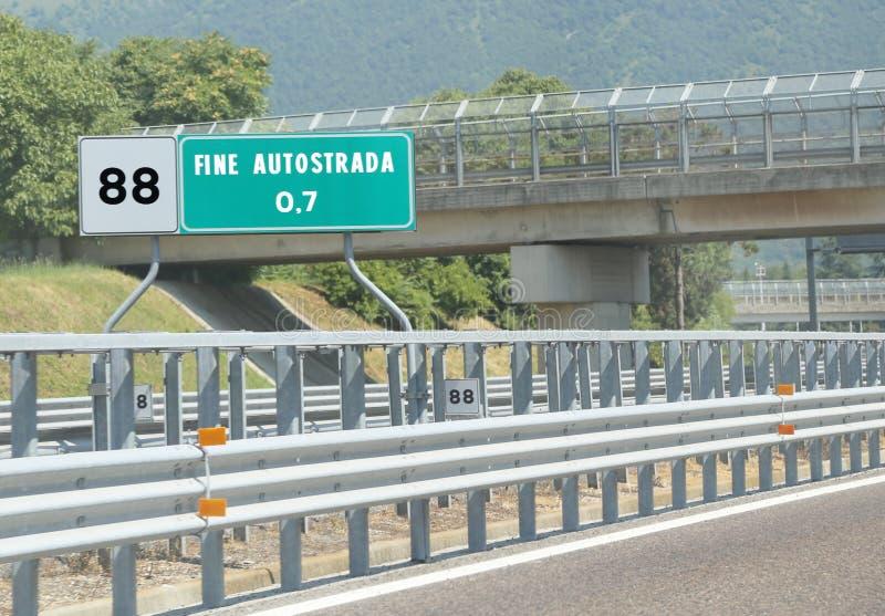 Panneau routier à l'extrémité de l'autoroute et de l'amende Autostrada des textes cela photo stock