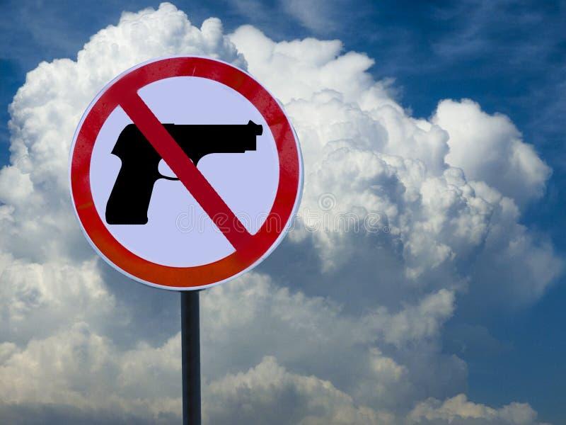 Panneau routier aucune arme à feu sur le fond de ciel avec des nuages photo libre de droits