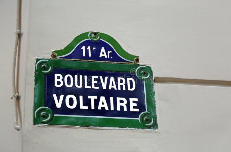 Panneau routier avec le boulevard écrit Voltaire à Paris image stock