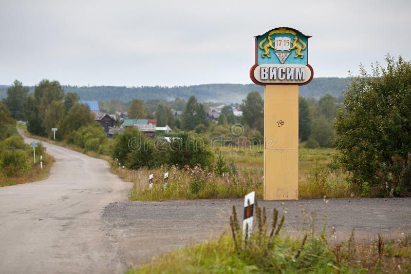 Panneau routier avec le nom et le manteau des bras du vieux vieux village russe Visim de croyant Russie photos libres de droits