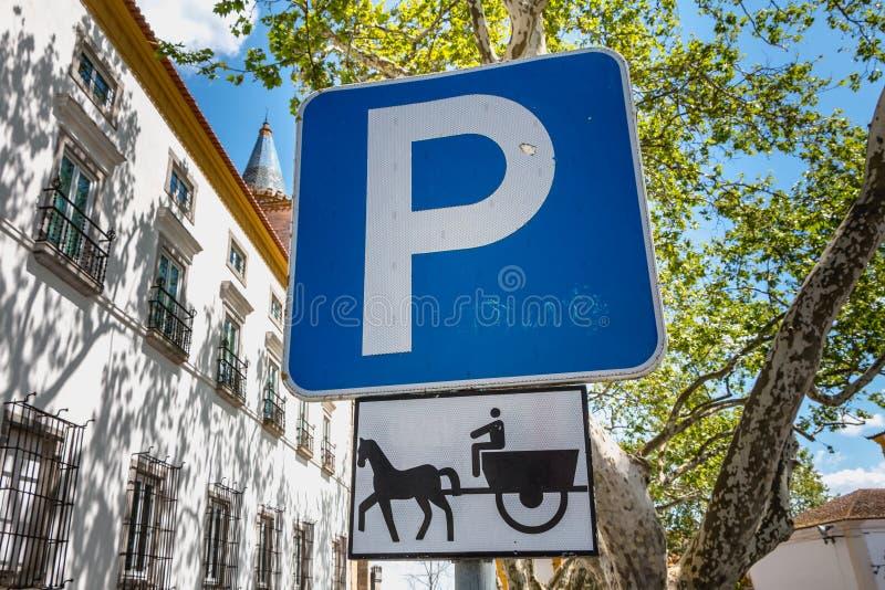 Panneau routier bleu indiquant le stationnement pour des chevaux d'un accroc photos libres de droits