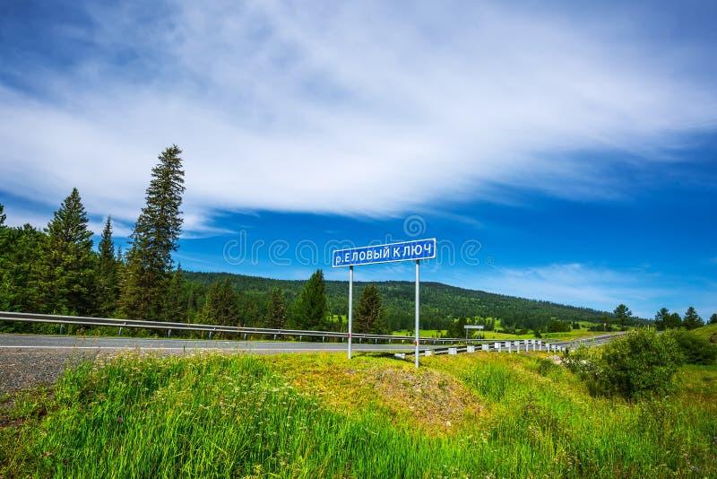 Panneau routier - clé impeccable de rivière R?publique d'Altai, Russie photos stock